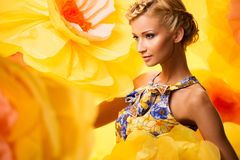 Bella giovane donna in vestito colourful Fotografie Stock Libere da Diritti