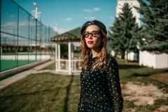 Bella giovane donna in vestito d'annata che posa per il fotografo fotografie stock