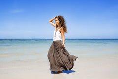 Bella giovane donna in vestito elegante sulla spiaggia Fotografia Stock Libera da Diritti