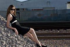 Bella giovane donna in vestito nero Immagini Stock