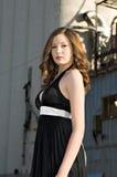Bella giovane donna in vestito nero Fotografia Stock