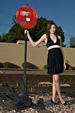 Bella giovane donna in vestito nero fotografia stock libera da diritti