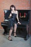 Bella giovane donna in vestito nero con il ventilatore Immagini Stock