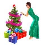 Bella giovane donna vicino ad un albero di Natale con molti regali Fotografia Stock