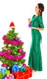 Bella giovane donna vicino ad un albero di Natale con molti regali Immagine Stock