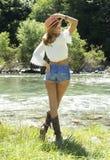 Bella giovane donna vicino al lago Fotografie Stock Libere da Diritti