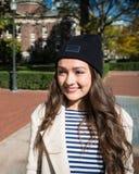 Bella giovane donna vicino all'università di Columbia immagini stock