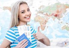 Bella giovane donna vicino alla mappa Immagine Stock