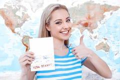 Bella giovane donna vicino alla mappa Immagini Stock