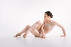Bella giovane esecuzione della ginnasta isolata nel fondo bianco Immagini Stock
