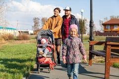 Bella giovane famiglia immagini stock libere da diritti