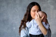 Bella giovane madre con il suo piccolo figlio immagine stock libera da diritti