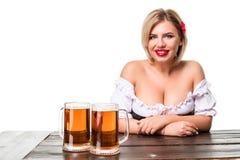 Bella giovane ragazza bionda del boccale in pietra della birra più oktoberfest Fotografie Stock