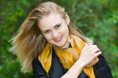 Bella giovane ragazza bionda in sciarpa gialla Fotografia Stock