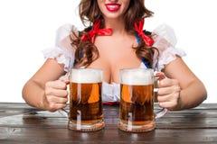 Bella giovane ragazza castana del boccale in pietra della birra più oktoberfest Fotografia Stock Libera da Diritti