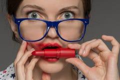 Bella giovane ragazza castana in vetri con rossetto rosso su Li Immagini Stock Libere da Diritti