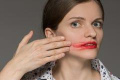Bella giovane ragazza castana in vetri con rossetto rosso su Li Fotografie Stock Libere da Diritti
