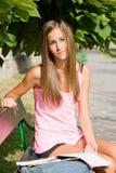 Bella giovane ragazza dell'allievo che studia all'aperto. Immagini Stock Libere da Diritti