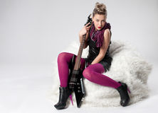 Bella giovane ragazza della roccia con la chitarra nera Immagini Stock Libere da Diritti