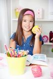 Bella giovane ragazza della scuola che legge un libro Fotografia Stock Libera da Diritti