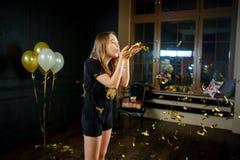Bella giovane ragazza di compleanno dopo l'estremità di un partito Immagine Stock