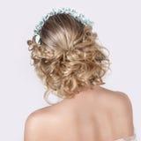 Bella giovane ragazza dolce elegante sexy nell'immagine di una sposa con capelli ed i fiori in suoi capelli, trucco delicato di n fotografie stock