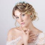 Bella giovane ragazza dolce elegante sexy nell'immagine di una sposa con capelli ed i fiori in suoi capelli, trucco delicato di n immagini stock