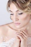 Bella giovane ragazza dolce elegante sexy nell'immagine di una sposa con capelli ed i fiori in suoi capelli, trucco delicato di n immagini stock libere da diritti