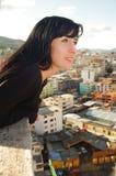 Bella giovane ragazza felice che contempla la città Fotografia Stock Libera da Diritti