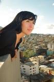 Bella giovane ragazza felice che contempla la città Immagini Stock Libere da Diritti