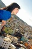 Bella giovane ragazza felice che contempla la città Fotografia Stock