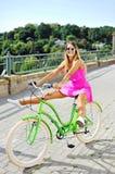 Bella giovane ragazza graziosa alla moda nel divertiresi rosa del vestito Immagini Stock Libere da Diritti