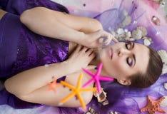 Bella, giovane, ragazza nautica con le conchiglie Fotografia Stock
