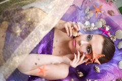 Bella, giovane, ragazza nautica con le conchiglie Immagine Stock Libera da Diritti