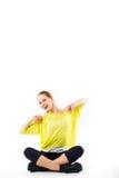 Bella giovane ragazza sportiva che si siede e che prende una rottura dal suo allenamento Fotografia Stock
