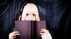 Bella giovane ragazza voctorian che legge un libro fotografia stock libera da diritti
