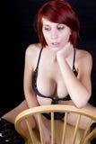 Bella giovane seduta della donna di redhead fotografia stock