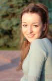 Bella giovane signora all'indicatore luminoso dorato del sole di estate Immagine Stock