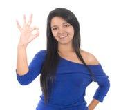 Bella giovane signora che indica segno giusto Immagini Stock