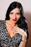 Bella giovane signora con rossetto rosso in leopardo immagini stock