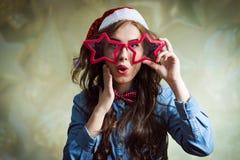 Bella giovane signora dei pantaloni a vita bassa divertenti emozionanti dentro Fotografie Stock