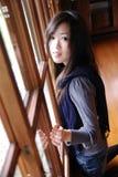 Bella giovane signora dietro il portello di legno Immagine Stock