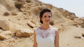 Bella giovane sposa alla riva stock footage