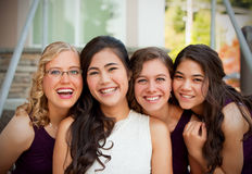 Bella giovane sposa biraziale che sorride con il suo grou multietnico Fotografia Stock Libera da Diritti