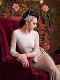 Bella giovane sposa che si siede in una sedia Immagini Stock