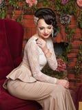 Bella giovane sposa che si siede in una sedia Immagine Stock Libera da Diritti