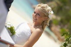 Bella giovane sposa che smilling durante la cerimonia di nozze tropicale Immagine Stock