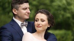 Bella giovane sposa felice che bacia sposo bello video d archivio