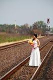 Bella giovane sposa su una strada ferroviaria Fotografie Stock