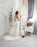 Bella giovane sposa in vestito da sposa con il treno Fotografia Stock Libera da Diritti